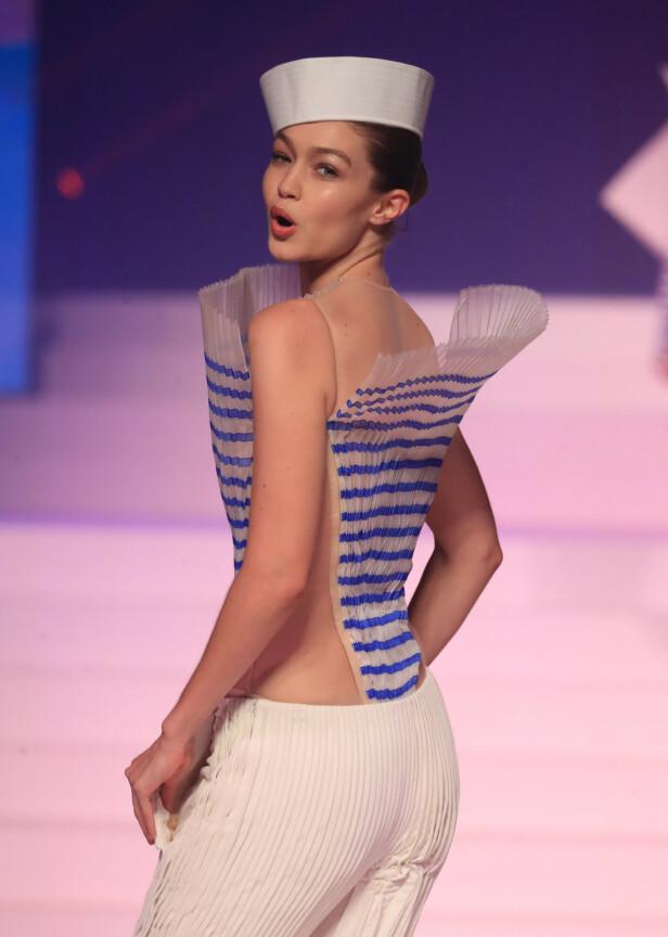 GØY: Modellen så ut til å trives på catwalken i den franske hovedstaden. Foto: NTB Scanpix
