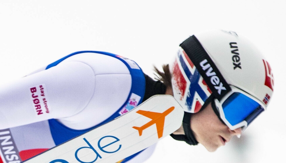 HILSEN: Marius Lindvik i svevet med klistremerket «Stay strong Bjørn» på skidressen. Foto: Geir Olsen / NTB scanpix