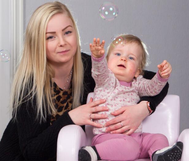 USIKKER: Dyktig helse-personell gjorde at både Jeanett og lille Ada overlevde den dramatiske fødselen. Mamma er usikker på om hun tør å ta sjansen på å gi Ada en liten bror eller søster. Foto: Svend Aage Madsen