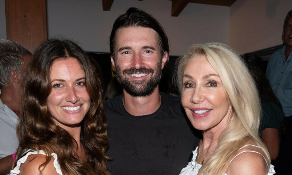 FORLOVET: Brandon Jenner og Cayley Stoker har giftet seg. Her med Jenners mor, Linda Thompson. Foto: NTB Scanpix