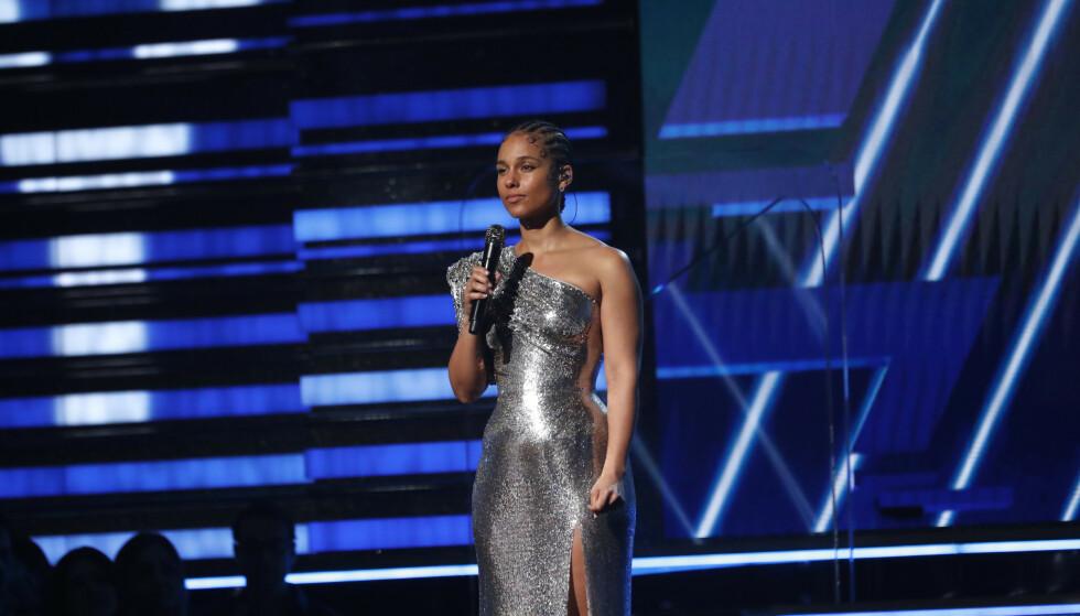 SÅRT: Alicia Keys var kveldens vert. Hun brukte de første minuttene av Grammy-utdelingen på å hylle avdøde Kobe Bryant, som omkom i en helikopterstyrt søndag kveld norsk tid. Foto: NTB scanpix