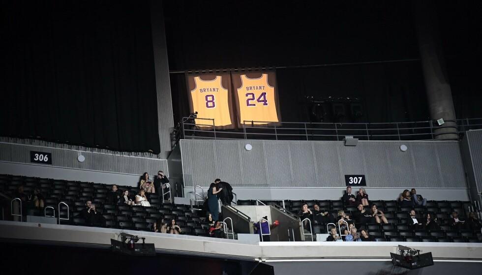 LYSTE OPP: Kobe Bryants trøyer fikk lyse i fred under showet. Foto: NTB scanpix