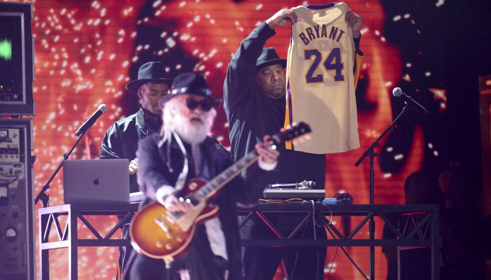 TIL ÆRE FOR: Joseph Simmons holdt opp Bryants velkjente trøye. Foto: NTB scanpix