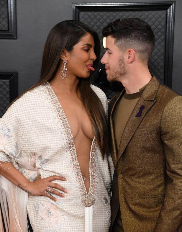DISKRET: Priyanka Chopra hadde skrevet 24 på neglen sin, for å hylle stjerna. Nick Jonas gikk på sin side for en lilla sløyfe på dressen. Foto: NTB scanpix