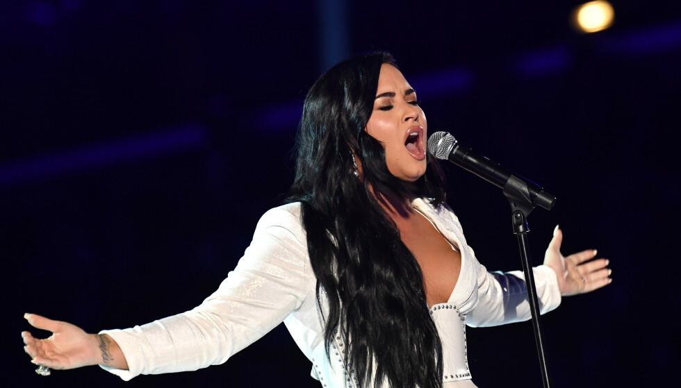 OVERVUNNET: Lovato måtte ta en pause i framføringen, fordi følelsene kom strømmende på. Foto: NTB scanpix