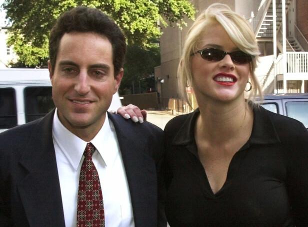 <strong>FARSKAP:</strong> Howard Stern og Anna Nicole Smith i 2000. Paret giftet seg seks år senere, bare dager etter at Smiths datter hadde kommet til verden. Foto: NTB Scanpix