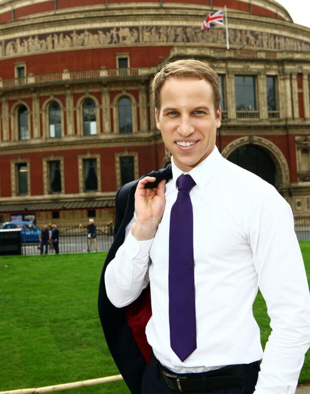 DOBBELTGJENGER: Simon Watkinson lever godt som prins Williams dobbeltgjenger. Foto: NTB scanpix