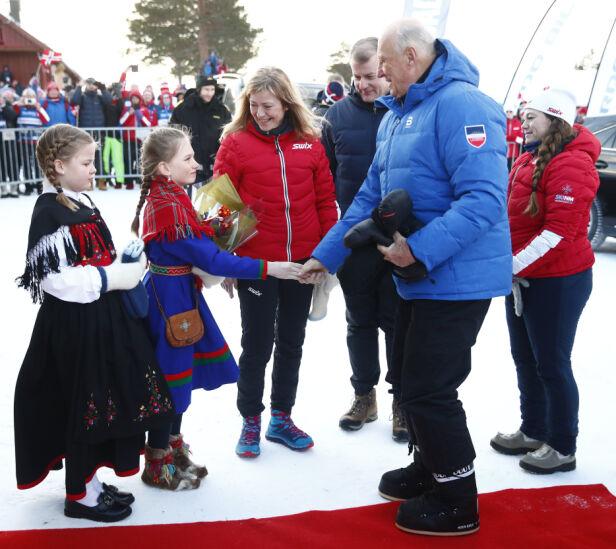 MOTERIKTIG: Kong Harald fikk mye oppmerksomhet da han stilte opp i Moon Boots under NM. Foto: NTB Scanpix
