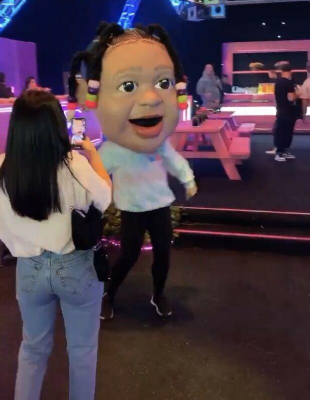 FORSEGGJORT: Flere dansere hadde på seg disse store maskene. Foto: Instagram