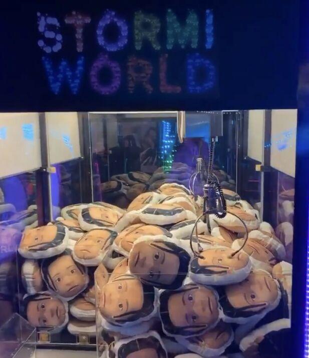 SOUVENIR: Gjestene kunne få med seg Stormi-putene hjem - dersom de klarte å trekke de ut av klomaskinen. Foto: Instagram
