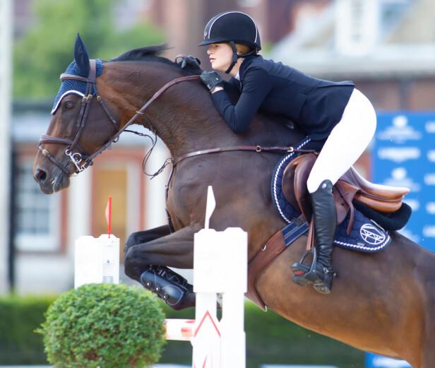 AKTIV: Jennifer Gates er lidenskapelig opptatt av hest. Amerikanske medier skriver at hun ofte konkurrerer mot andre arvinger på eksklusive stevner. Foto: NTB scanpix