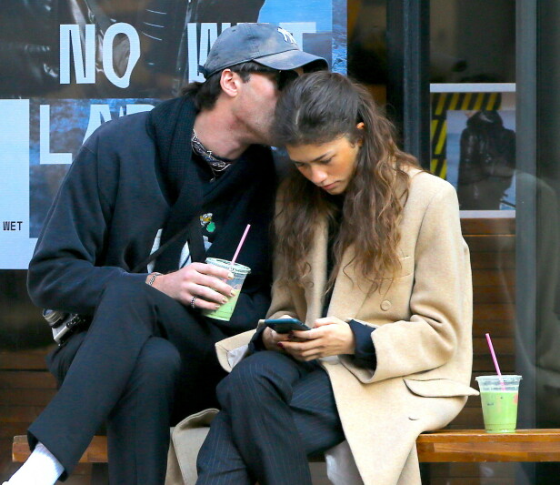 KYSS: Zendaya Coleman fikk et kyss på hodet av Jacob Elordi da de mandag ble sett sammen i New York. Foto: NTB scanpix