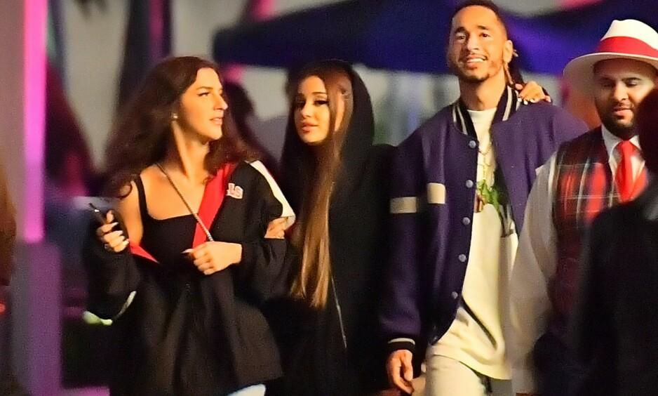 ARM I ARM: Michael «Mikey» Foster (i lilla jakke) skal være Ariana Grandes (i midten) nye flamme. Foto: NTB Scanpix