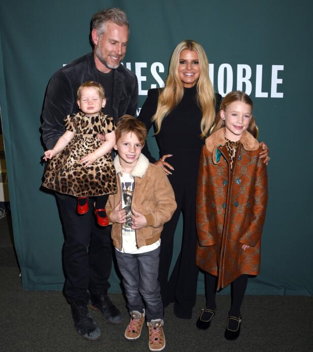 HELE FAMILIEN: Simpson er i dag lykkelig gift med Eric Johnson. Her er hele familien fotografert for noen dager siden. Foto: NTB scanpix