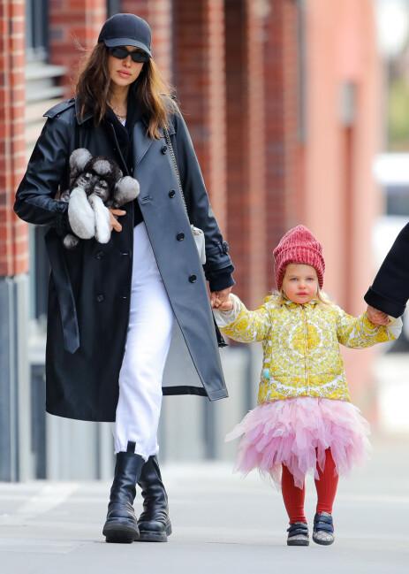 MOR OG DATTER: Her er Irina Shayk på rusletur i New York med datteren Lea som hun har sammen med Bradley Cooper. Foto: NTB Scanpix