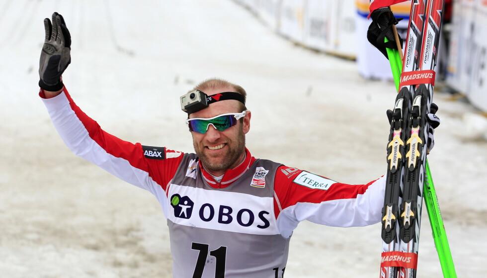 KJENT FIGUR: Odd-Bjørn Hjelmeset etter målgang på 50 kilometer fellesstart i verdenscupen i langrenn klassisk stil, i Holmenkollen i 2012. Samme år la han skikarrieren på hylla. Foto: NTB Scanpix
