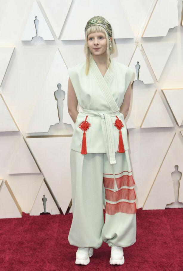 OPPTRER: Norske Aurora opptrer under Oscar-utdelingen natt til mandag. Antrekket hennes får skryt av internasjonal motepresse. Foto: NTB scanpix