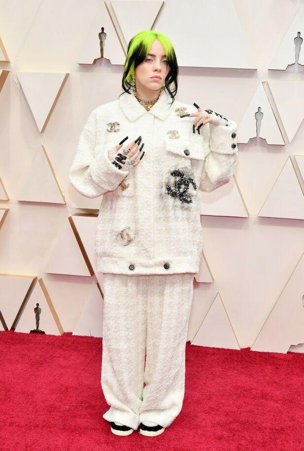 FRANSK LUKSUS: Billie Eilish hadde på seg et antrekk fra Chanel, noe om stylet med sylskarpe negler. Foto: NTB scanpix
