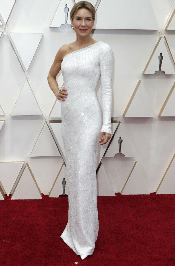 GLITRET: Renee Zellweger har mange Oscar-utdelinger bak seg, og får ofte spesialdesignede kjoler til anledningen. Foto: NTB scanpix