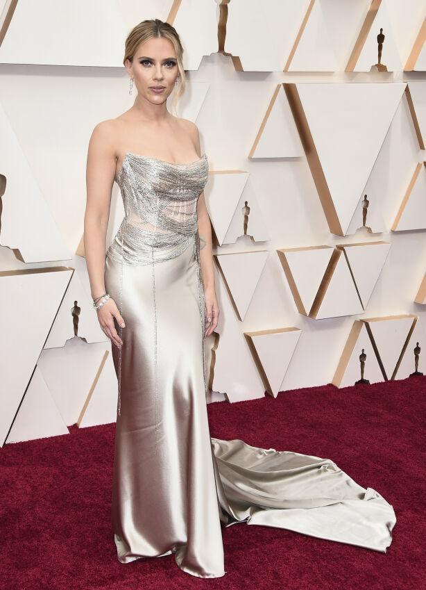 SILKE: Scarlett Johansson ankom gallaen i en silkekjole med spenstige detaljer på brystet. Foto: NTB scanpix