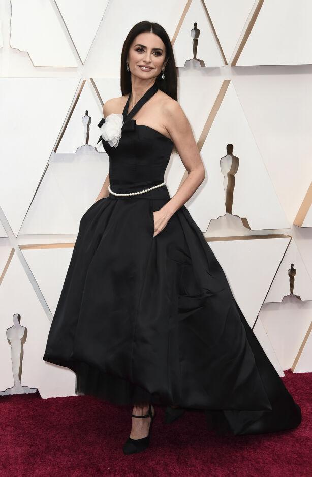 SORT: Penelope Cruz i en Chanel-lignende kreasjon. Foto: NTB scanpix