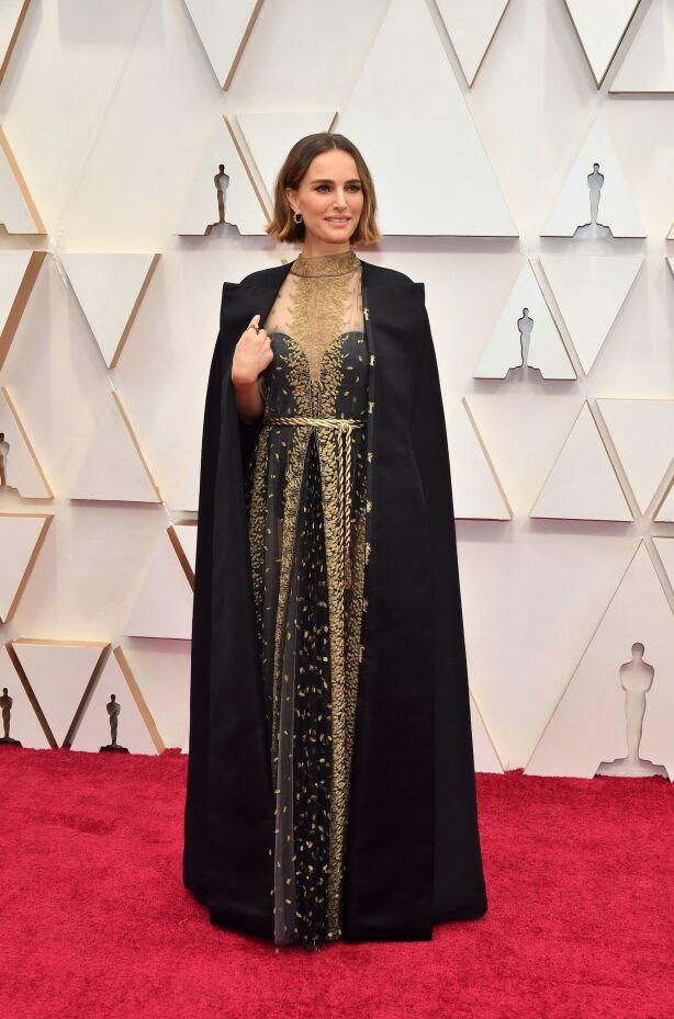 PROTEST: Natalie Portman med kappe fra Dior. På kappen hadde hun fått sydd inn navnene til kvinnelige regissører som ikke var nominert i år - noe utdelingen har fått sterk kritikk for. Foto: NTB scanpix