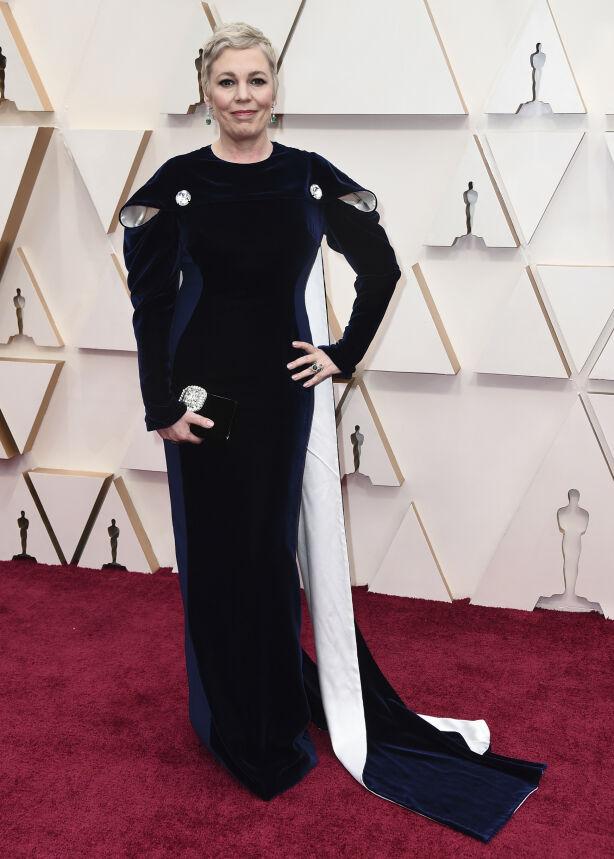KONGELIG: Olivia Colman er kjent fra «The Crown», og hadde på seg en fløyelsblå kreasjon fra Stella McCartney en dronning verdig. Foto: NTB scanpix