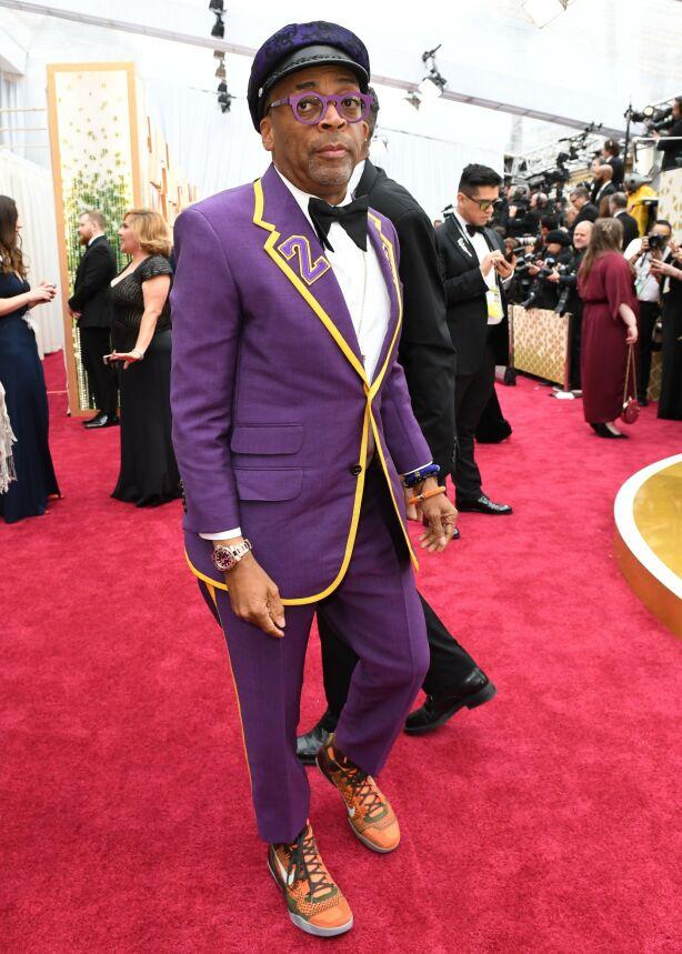HYLLEST: Regissør Spike Lee hadde på seg en dress som hyllet den avdøde Lakers-spilleren Kobe Bryant. Foto: NTB scanpix