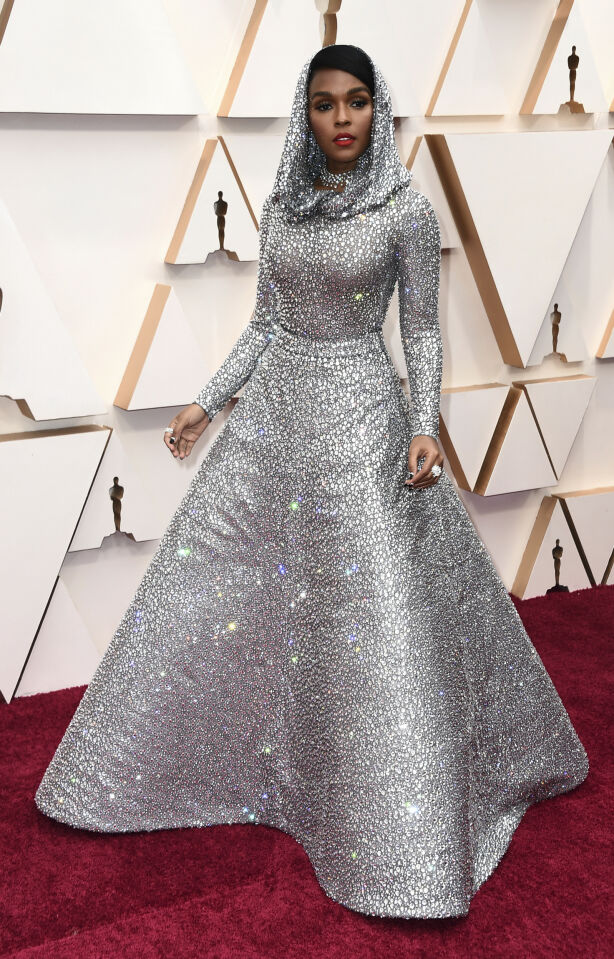 GLITRET: Janelle Monae hadde på seg en glitrende kreasjon fra Ralph Lauren, som kunne minne om noe Grace Jones kunne gått med i sin storhetstid. Foto: NTB scanpix