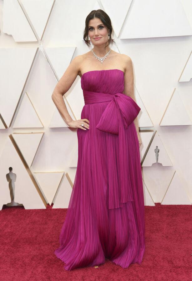 OPPTRER: Broadway-stjerna Idina Menzel valgte en fuksia-farget kjole. Hun står på scenen senere om natta. Foto: NTB scanpix