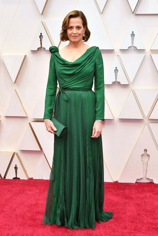 GRØNT: Skuespiller Sigourney Weaver hadde et helgrønt antrekk fra Dior Haute Couture. Foto: NTB scanpix