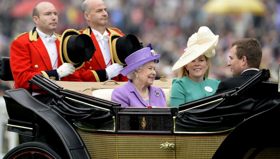 - LEI SEG: Kilden The Sun har pratet med tror dronning Elizabeth vil ta skilsmissen tungt. Hun skal nemlig være svært glad i barnebarnets kone. Her er de fotografert sammen i 2013. Foto: NTB scanpix