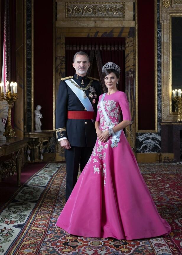 <strong>KONGEPAR:</strong> Felipe og Letizia har vært konge og dronning av Spania siden 2014, men dette er det første, offisielle portrettet tatt av dem siden 2010. Foto: Estela de Castro / Casa de S.M. el Rey