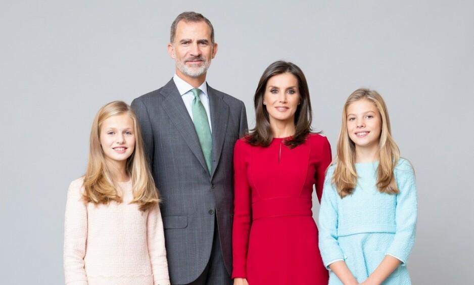 FØRSTE GANG: Dette er det første, offisielle bildet tatt av hele den spanske kongefamilien. Foto: Estela de Castro / Casa de S.M. el Rey