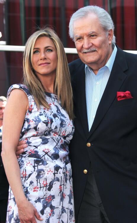 FAR OG DATTER: Jennifer Aniston er datter av John Aniston og Nancy Dow. At forholdet til moren ikke alltid var en dans på roser, har Aniston vært ærlig om. Her er hun avbildet sammen med faren i 2012. Foto: NTB Scanpix