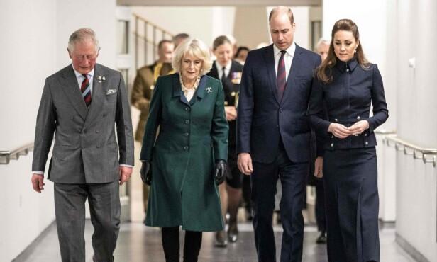 BESØK: Prins Charles og prins William sammen med hertuginne Camilla og hertuginne Kate på et militært rehabiliteringssenter tirsdag. Foto: NTB scanpix