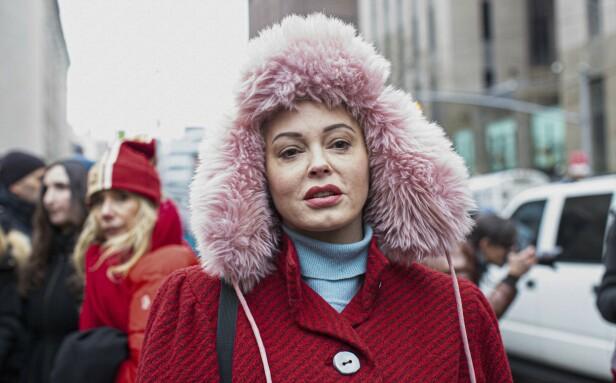 <strong>BRUTAL SLAKT:</strong> Rose McGowan, her i forbindelse med rettssaken til Harvey Weinstein, er ikke nådig mot Natalie Portman. Foto: NTB scanpix