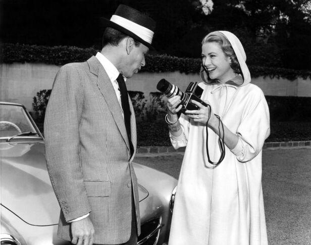 MOTEIKON: Etter at Grace Kelly ble skuespiller på 1950-tallet, fikk verden også opp øynene for hennes stilsikre eleganse. Her sammen med Frank Sinatra under en pause i innspillingen av «High Society» i 1956. Foto: NTB Scanpix