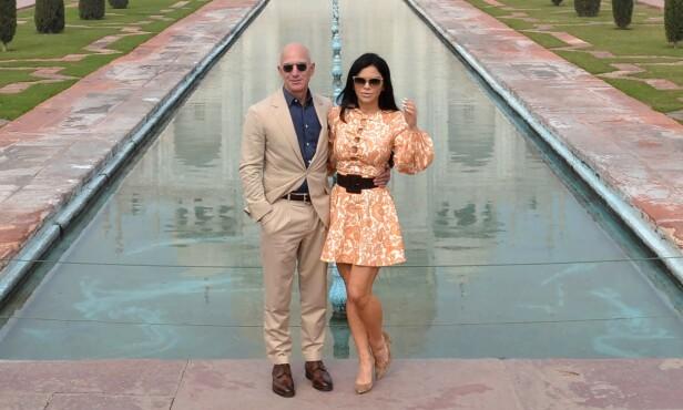 ROMANTISKE UTFLUKTER: Jeff Bezos og kjæresten Lauren Sanchez har uten tvil prioritert luksuriøse ferier sammen det siste året. Her poserer paret foran Taj Mahal i slutten av januar. Foto: NTB Scanpix