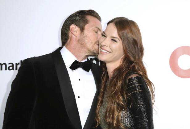 NYFORLOVET: Jason Lewis og Liz Godwin virker å være i lykkerus etter at de ble forlovet like før nyttår. Her avbildet tidligere denne måneden. Foto: NTB Scanpix