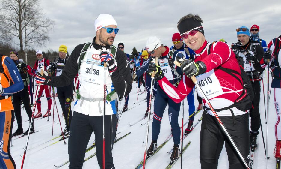 OPERERT: Kronprins Frederik pådro seg en skade etter en skitur. Her i løypa sammen med kronprins Haakon. Foto: Andreas Fadum/Se og Hør