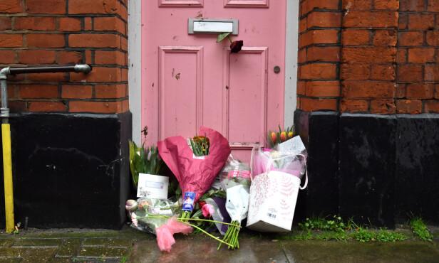 HYLLET: Fans har lagt blomster utenfor programlederens hjem øst i London. Foto: NTB scanpix
