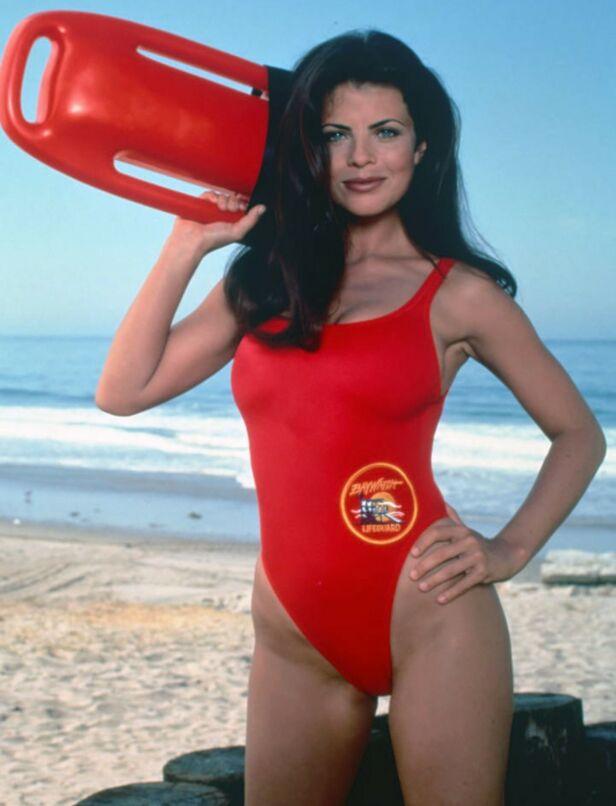 BERØMT BADEDRAKT: Her ser man Yasmin Bleeth i rollen som Caroline Holden i «Baywatch» i 1995. Foto: NTB Scanpix