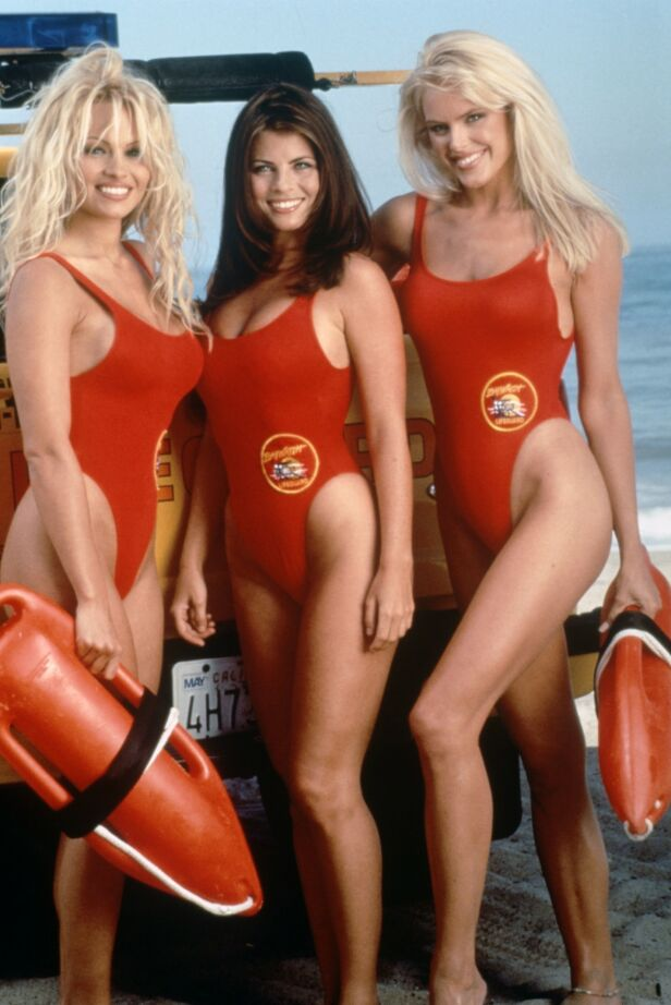 POPULÆRE: Det er ingen tvil om at skuespillerne i «Baywatch» opparbeidet seg en enorm fanskare. Her er Yasmine Bleeth avbildet sammen med Pamela Anderson og Gena Lee Nolin. Foto: NTB Scanpix