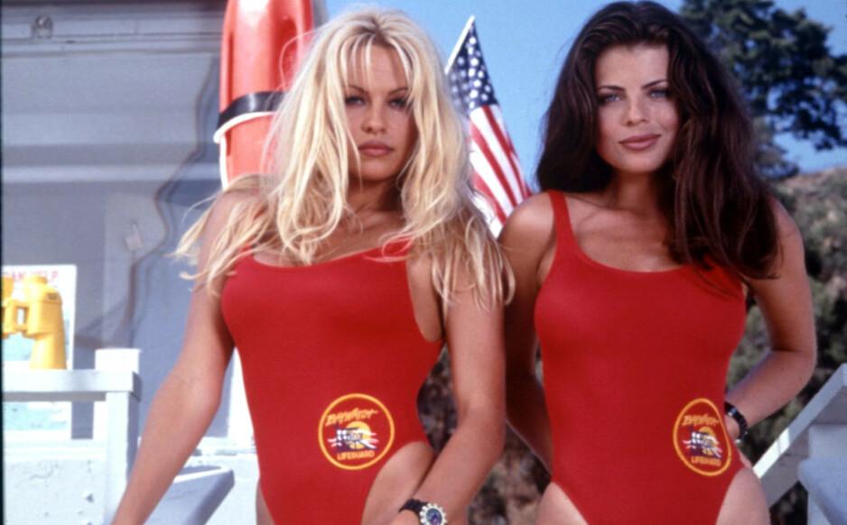 IKONISKE: Skuespiller Yasmine Bleeth fikk sitt store gjennombrudd i tv-serien «Baywatch», men siden den gang har hun trukket seg helt tilbake fra rampelyset, og er i dag ikke til å kjenne igjen. Her avbildet med Pamela Anderson i 1995. Foto: NTB Scanpix