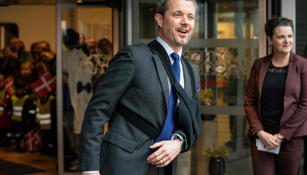 AU: Danskenes kronprins Frederik dukket torsdag opp med armen i fatle. Nå har han avslørt hvordan det hele skjedde. Foto: NTB scanpix
