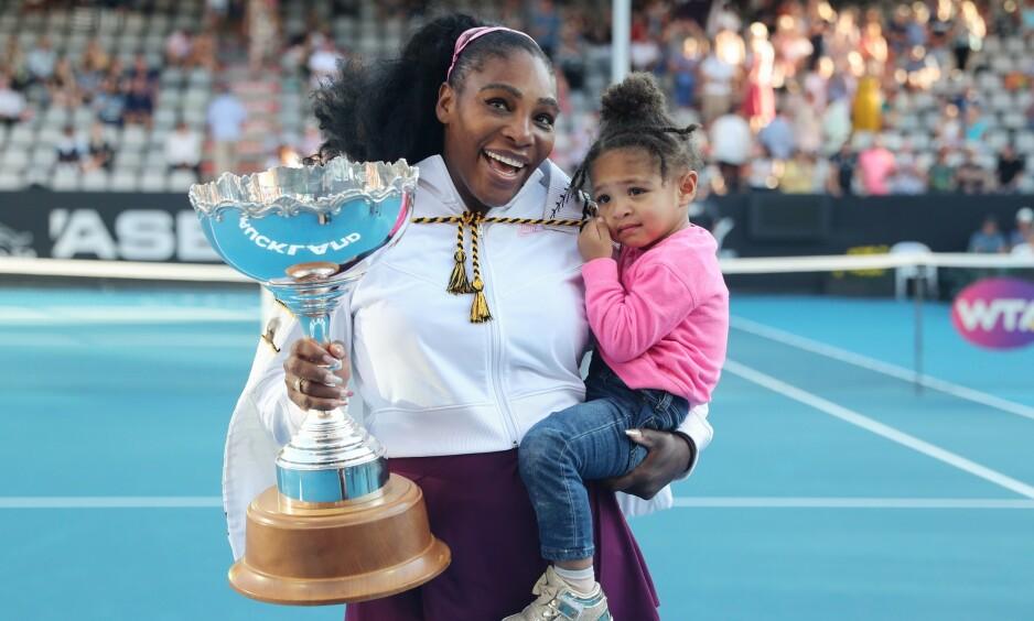 ÆRLIG: Tennisstjernen Serena Williams forteller ærlig om hvordan det er å balansere idrettskarrieren og morsrollen. Her avbildet med datteren Alexis Olympia tidligere i år. Foto: NTB Scanpix