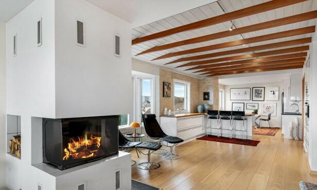 <strong>ÅPENT:</strong> Det er åpen løsning mellom stue og kjøkken. Foto: Eivind Dirdal
