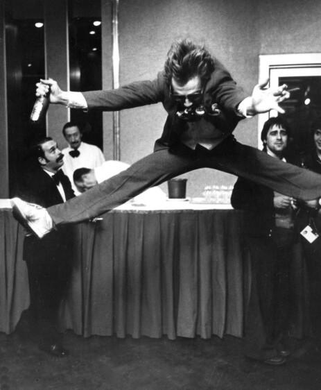SPLITTHOPP: Til tross for at han fikk null poeng, gjorde Jahn Teigen sitt ikoniske splitthopp og jublet under Eurovision-finalen i Paris i 1978. Foto: NTB Scanpix