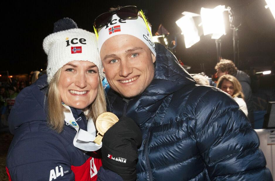 STOLT: Marte Olsbu Røiseland og ektemannen Sverre Røiseland etter at hun gikk inn til gull på 7,5 sprint for kvinner under VM i skiskyting 2020 i Anterselva. Foto: NTB scanpix